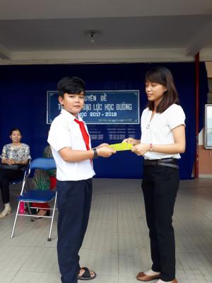 Nhận thưởng của ban tổ chức